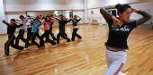 图文:天津奥运啦啦操队艰苦训练 教练传授动作