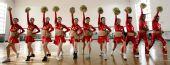 图文:天津奥运啦啦操队训练 学生动作整齐如一