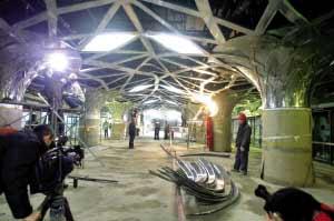 奥运支线森林公园站入口还在紧张的装修阶段。本报记者 张斌 摄
