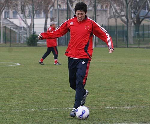图文:国奥里昂训练 于海带球