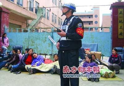 无家可归的工人围坐在厂房门口要求补偿。本报记者黄宇摄