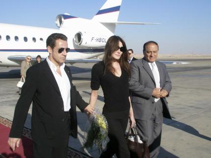 12月25日,法国总统萨科齐与他的新女友、前超级名模卡拉·布吕尼抵达埃及度假。(图片来自:中国日报网站)