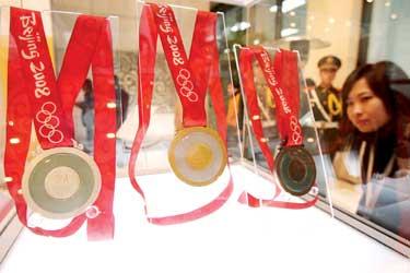 上图:昨天,一组奥运奖牌样品在上海造币厂亮相。  戴焱淼