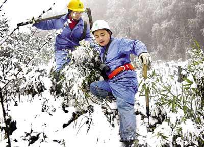 """渝东南连续3日普降大雪,武隆仙女山等地积雪超过10厘米,部分电力设施出现覆冰现象。一旦冰块增多,输电线的电阻增加减少输电能力,电线还容易下垂断裂。一旦断裂,不仅这些区县将出现大面积停电,进出主城的电力也会受到影响。为了保证电力的正常供应,一支24人的""""打冰队""""每天都在巡查打冰。通讯员杨荣记者 杨龙 摄影报道"""