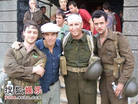 《赎罪》导演乔-怀特(左二)与迈克沃伊(左一)在片场
