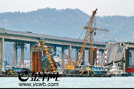 南海九江大桥沉船开始起吊切割 本报记者 施用和摄