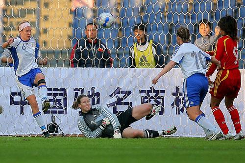 图文:[四国赛]中国VS芬兰 芬兰门将被晃倒