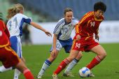 图文:[四国赛]中国VS芬兰 郭月护球转身