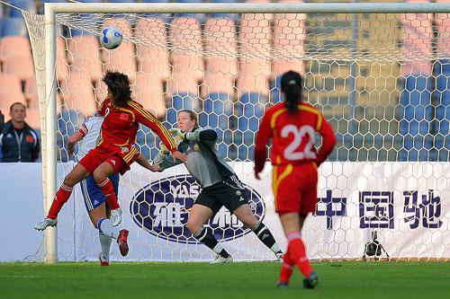 图文:[四国赛]中国VS芬兰 韩端头球攻门