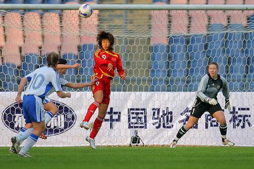 图文:[四国赛]中国VS芬兰 韩端门前抢点