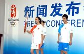 图文:奥运火炬接力形象景观 火炬手护跑手