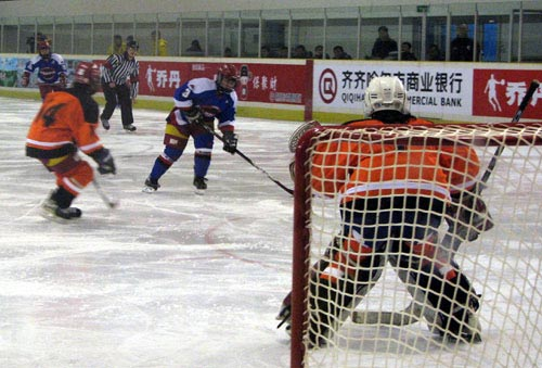 图文:冬运会哈尔滨女冰16-0佳木斯 进攻射门