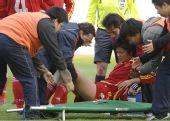图文:[四国赛]中国2-0芬兰 李洁受伤被抬上担架