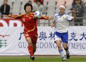 图文:[四国赛]中国2-0芬兰 刘亚莉凶狠拼抢