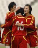 图文:[四国赛]中国2-0芬兰 刘亚莉与队友庆祝
