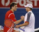 图文:澳网罗迪克完胜贝雷尔 比赛结束后握手