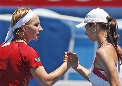 图文:库兹涅佐娃2-0皮隆科娃 双方赛后友好握手