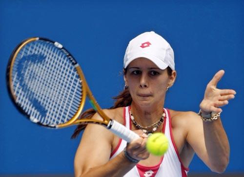 图文:库兹涅佐娃2-0皮隆科娃 正手发力回球