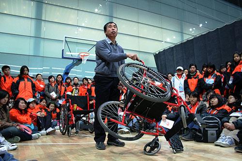 北京联合大学冯希杰教授正在为志愿者进行轮篮培训