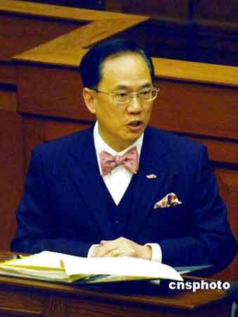 一月十七日,香港特别行政区行政长官曾荫权在立法会大楼会议厅出席立法会会议,答复议员的提问。 中新社发 谭达明 摄