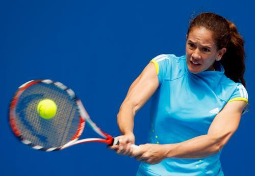 图文:澳网美女球衣五颜六色 天蓝色施耐德