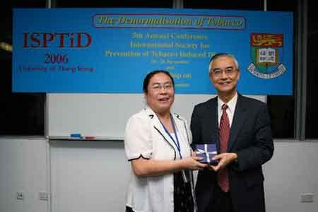中国疾病预防控制中心控烟办副主任姜垣(左)
