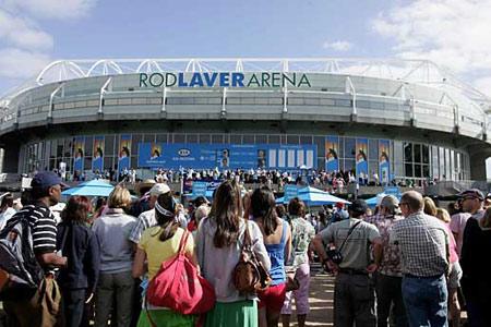 众多球迷等待入场