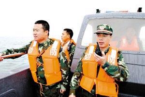 湛江硇洲边防人员在出事海域紧急搜救另2名失踪渔民。关家玉、林石湛 摄