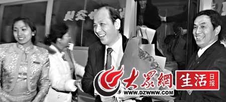 17日晚8时许,省政协住港澳委员乘飞机来到济南。本报记者