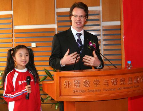 北京奥组委志愿者部副部长张振良向代表授牌