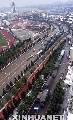 资料图片:1月14日,九江长江大桥暂停通行,大量车辆受阻。当日,江西九江长江大桥因桥面结冰封路,造成约3000辆机动车受阻。 新华社发(蔡杰 摄)