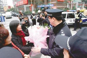 代表委员们在调研的同时,献花慰问值勤民警。