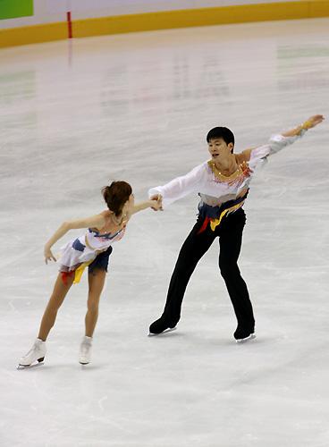 图文:[冬运会]花滑双人短节目 两人心有灵犀