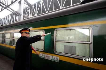 首趟重庆北至广州东春运临客徐徐驶出龙头寺火车站。