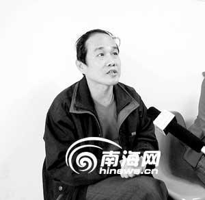 见义勇为的王晓平接受媒体采访。