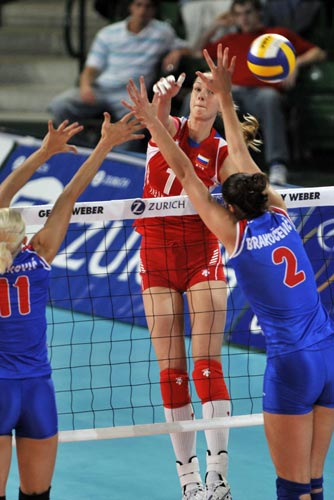 图文:女排奥运资格赛 俄罗斯球员扣球