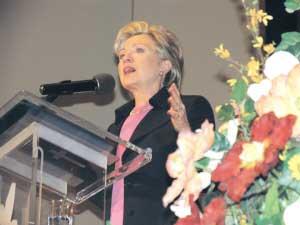 希拉里在康普顿演讲。(美国《侨报》/高睿摄)