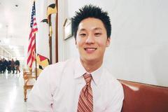 旧金山市长纽森在刚展开的第二任内,任命27岁的黄金焕任市府委员会联络官,黄金焕成纽森办公室内最年轻高层官员之一。(美国《世界日报》/李秀兰摄)