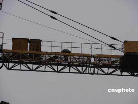 广西一民工爬60米塔吊讨薪 因醉酒无法下塔(图)