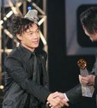 陈奕迅登台领奖与颁奖嘉宾握手