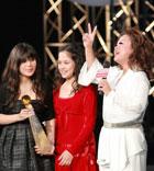 杜丽莎接受颁奖