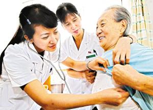 某社区卫生服务中心的大夫为老人检查身体。(资料图片)