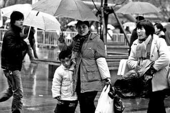 阴雨给人们出行带来不便