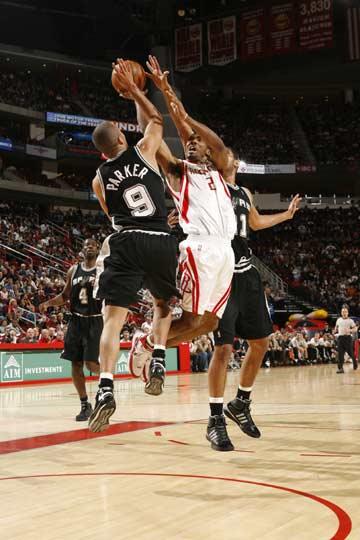 图文:[NBA]火箭主场战马刺 海德突破上篮
