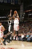 图文:[NBA]火箭主场战马刺 麦迪飞身跳投