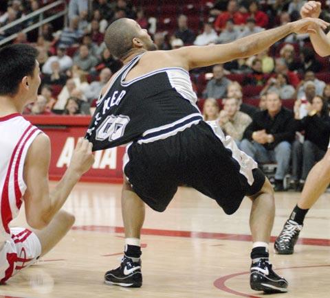 图文:[NBA]火箭主场战马刺 姚明拽帕克球衫