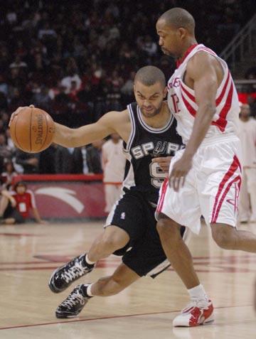图文:[NBA]火箭主场战马刺 帕克突破街球王
