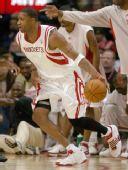 图文:[NBA]火箭主场战马刺 麦迪带球突破