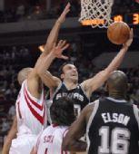图文:[NBA]火箭主场战马刺 吉诺比利上篮
