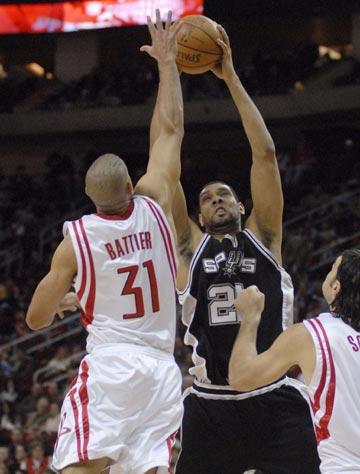 图文:[NBA]火箭主场战马刺 巴蒂尔封盖邓肯